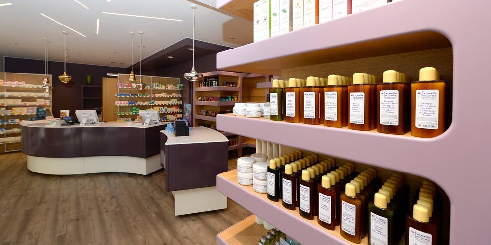 Gli arredi che aiutano ad esporre (e vendere) meglio in farmacia