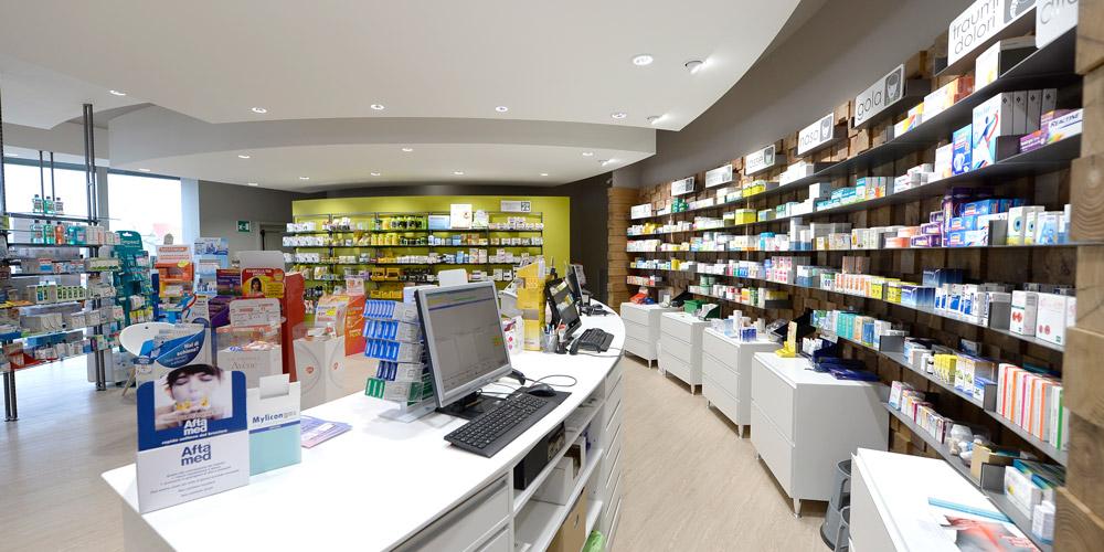 Una parete curva in farmacia? Cattura l'attenzione e invita alla permanenza